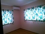 """洋室は淡いピンクの壁紙に""""リリカラ""""のドレープカーテン"""